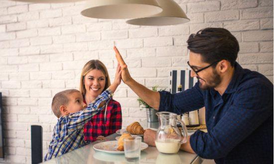 Поснідати в сімейному колі, обговорити плани на день